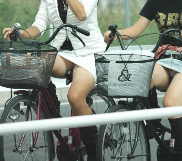 新入社員OLが出勤を急ぐ自転車に乗るエロ画像15枚目