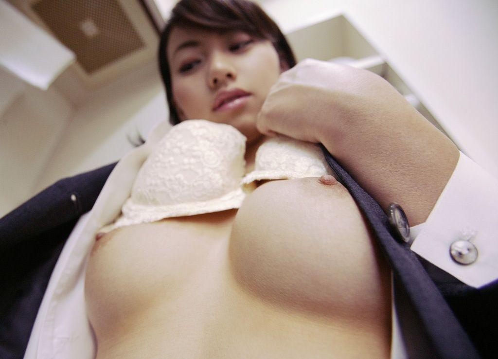 OLのたくし上げられたブラジャー美乳のエロ画像9枚目