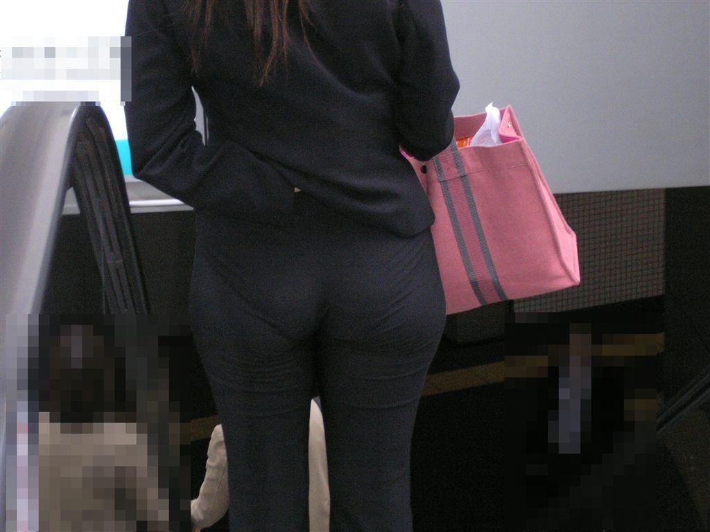 OLの張り付いた尻の透けパンティラインエロ画像1枚目