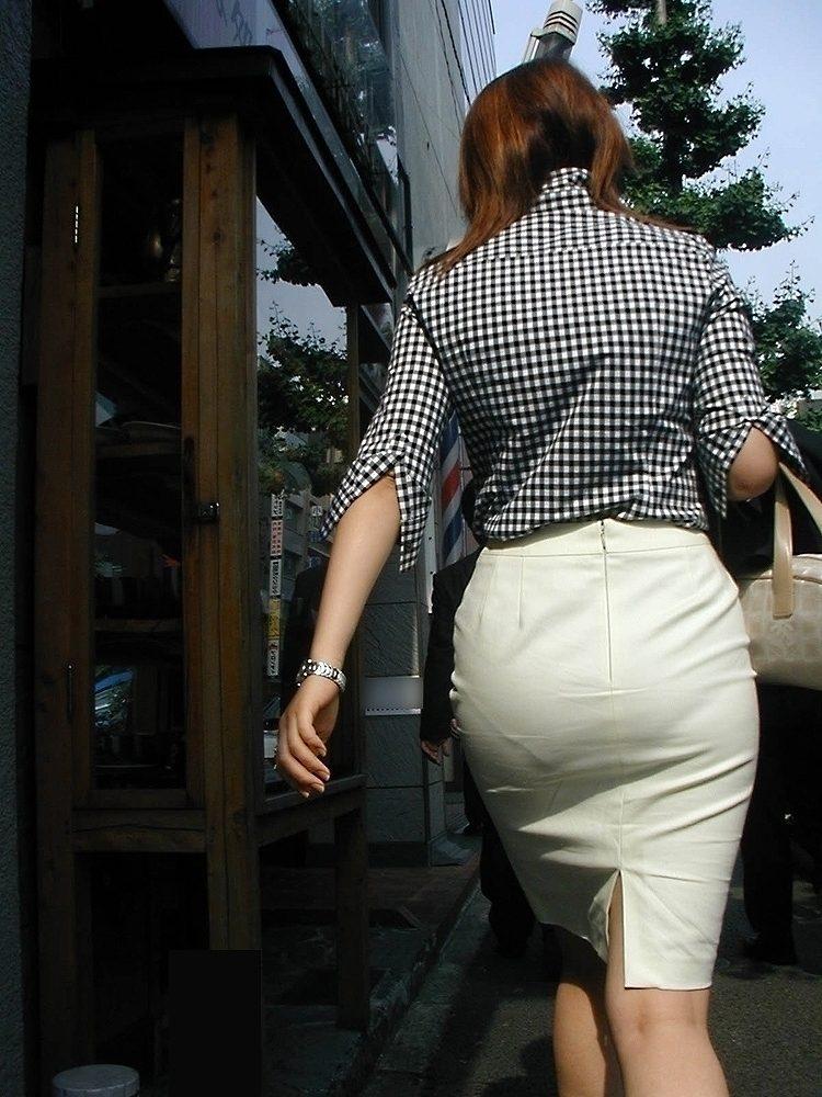 OLの張り付いた尻の透けパンティラインエロ画像4枚目