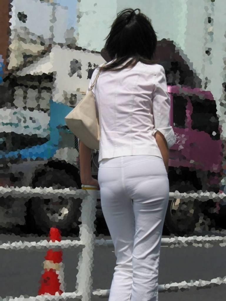 OLの張り付いた尻の透けパンティラインエロ画像12枚目