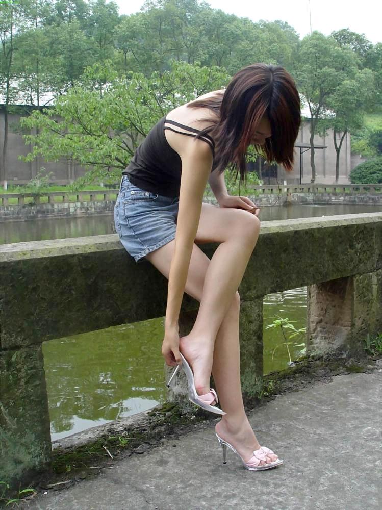 OLお姉さんのハイヒールを履いた美脚エロ画像14枚目