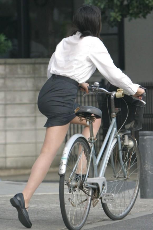 OLが自転車を降りる瞬間がチャンス的なエロ画像2枚目