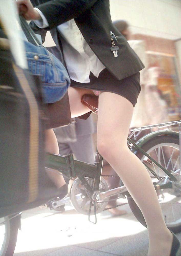 降りる瞬間がチャンスな自転車OLのエロい画像8枚目