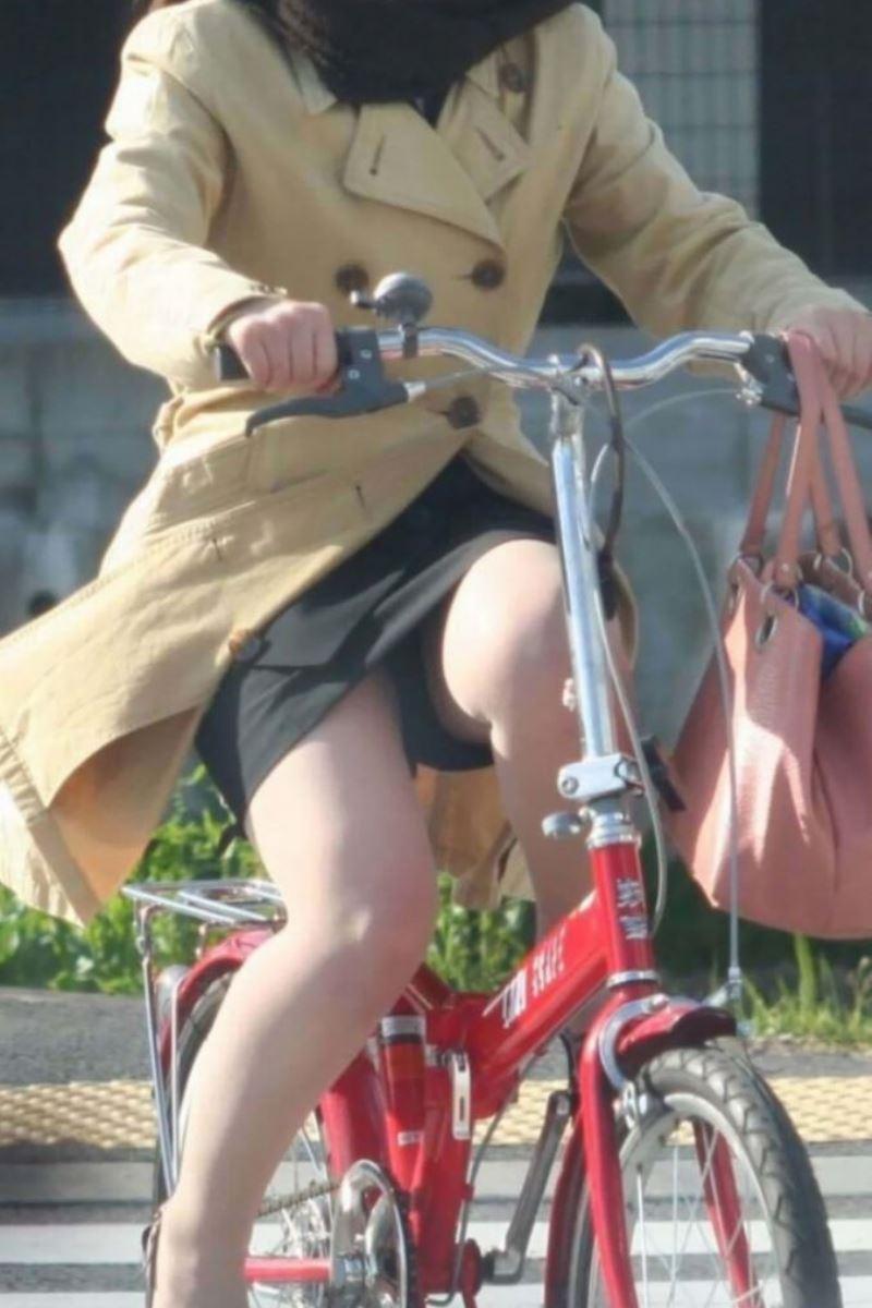 降りる瞬間がチャンスな自転車OLのエロい画像9枚目
