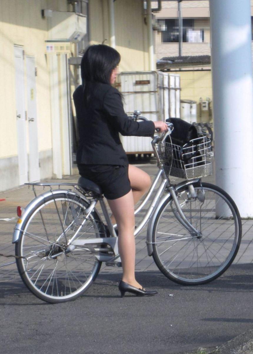 降りる瞬間がチャンスな自転車OLのエロい画像11枚目