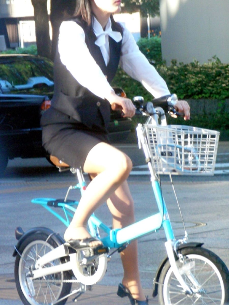 降りる瞬間がチャンスな自転車OLのエロい画像13枚目