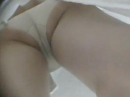 白衣ナースを患者が盗撮した逆さパンチラエロ画像2枚目