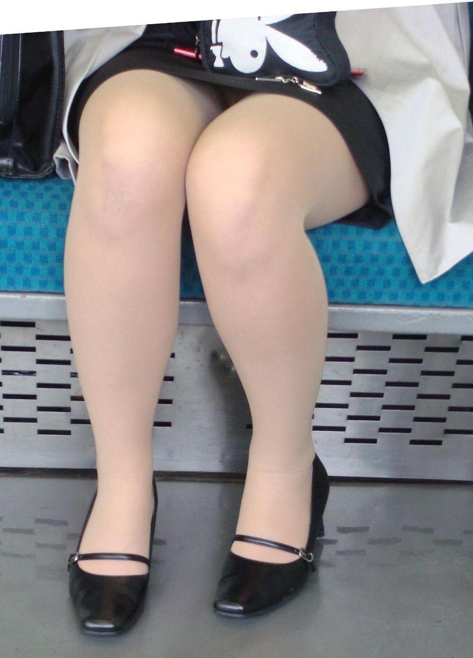 新入社員OLの三角パンチラ通勤電車盗撮エロ画像7枚目
