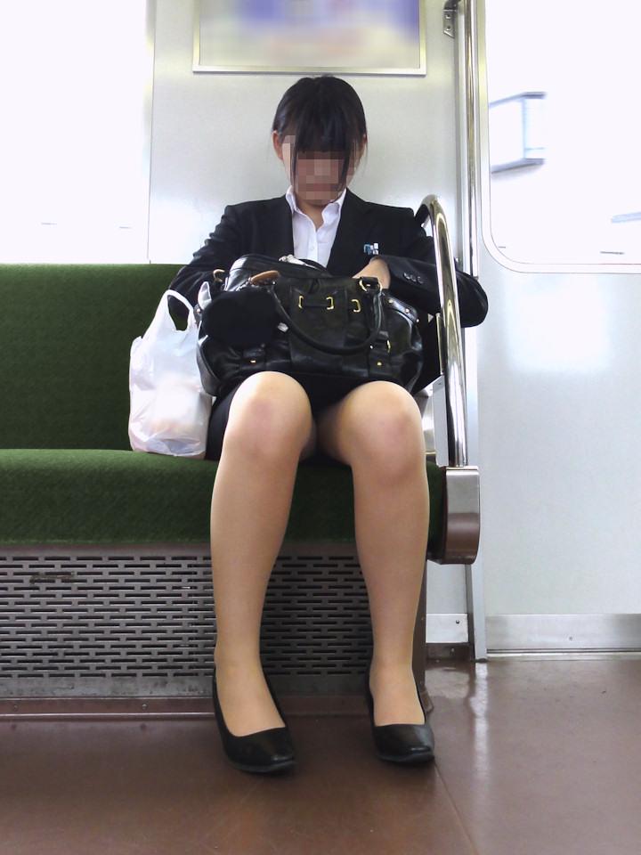 新入社員OLの三角パンチラ通勤電車盗撮エロ画像8枚目