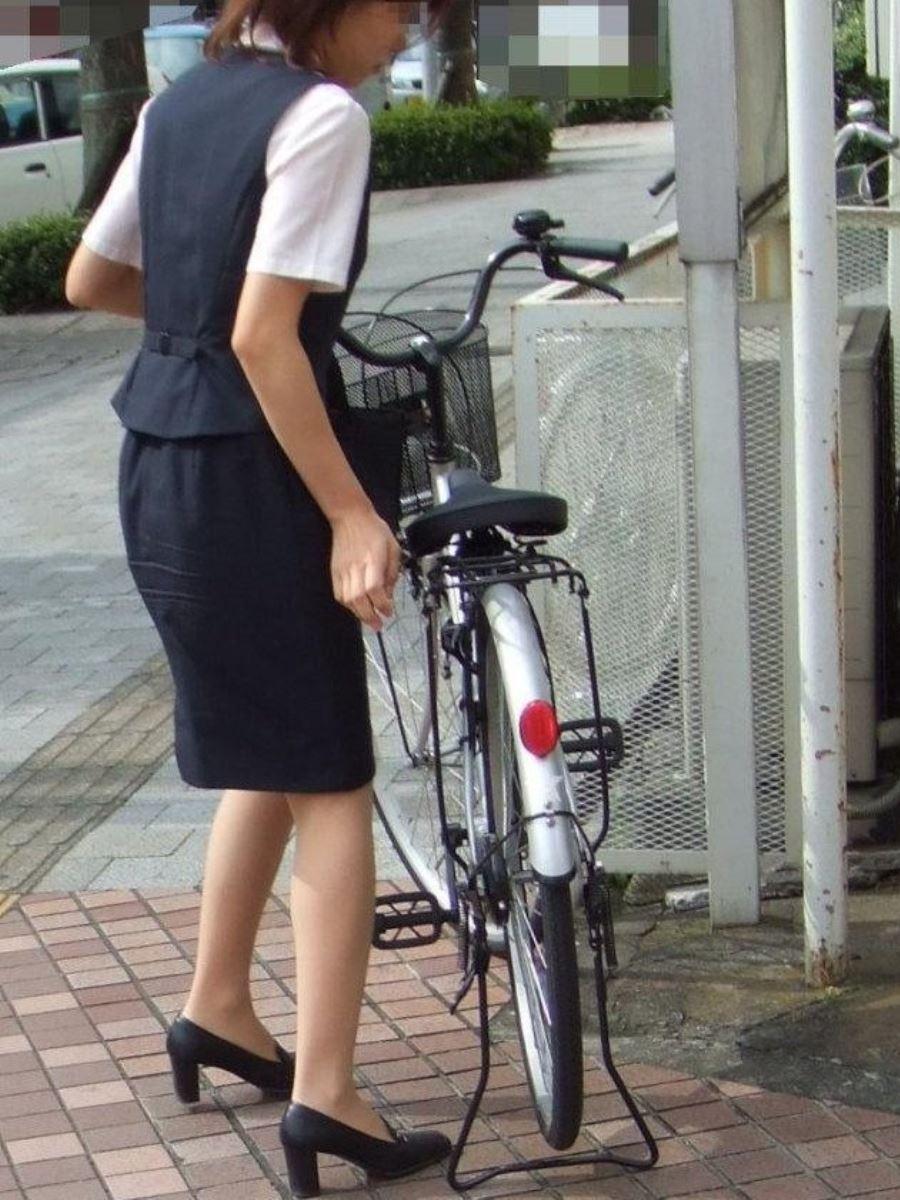 漕いだ瞬間にパンチラ盗撮された自転車OLエロ画像2枚目