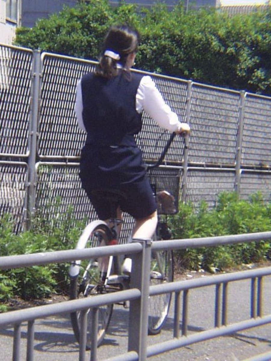 漕いだ瞬間にパンチラ盗撮された自転車OLエロ画像9枚目