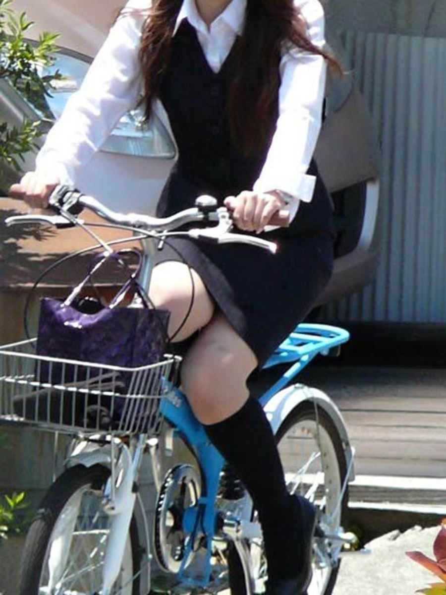 漕いだ瞬間にパンチラ盗撮された自転車OLエロ画像13枚目