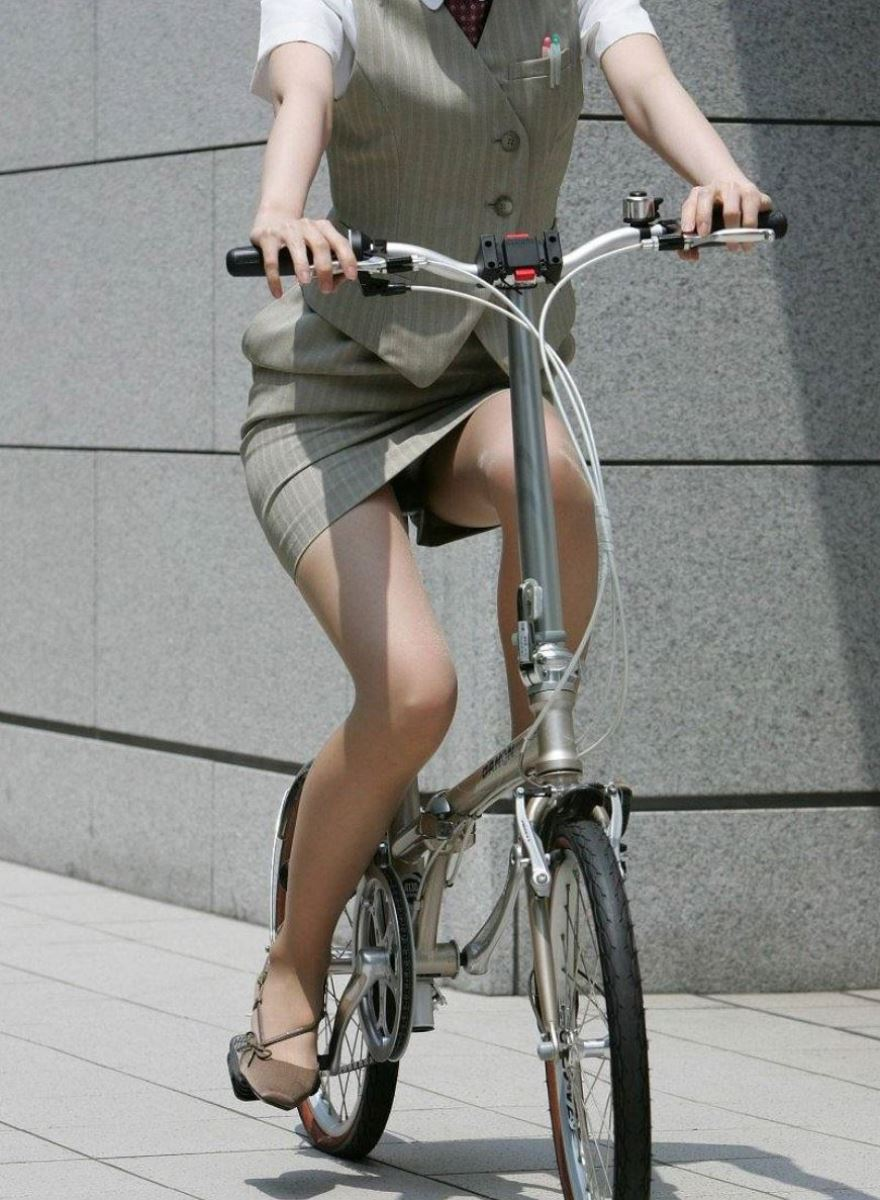 漕いだ瞬間にパンチラ盗撮された自転車OLエロ画像16枚目