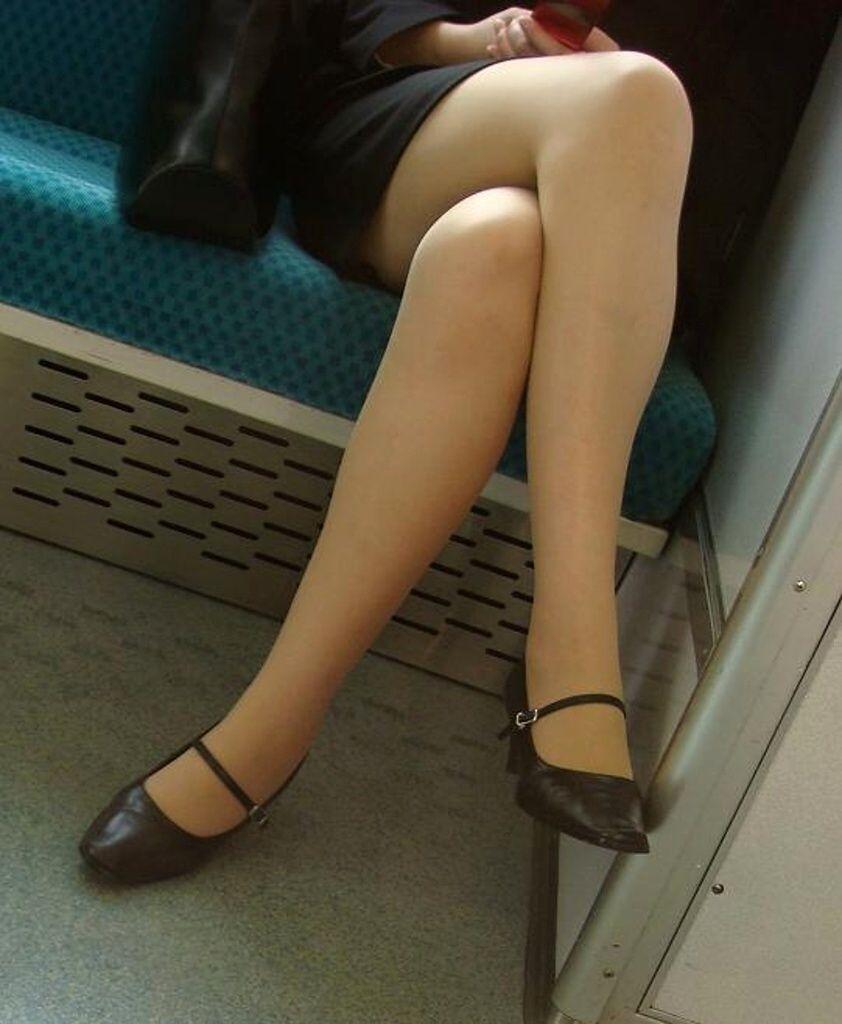 ビッチOLが足を組み替え美脚をアピるパンストエロ画像5枚目