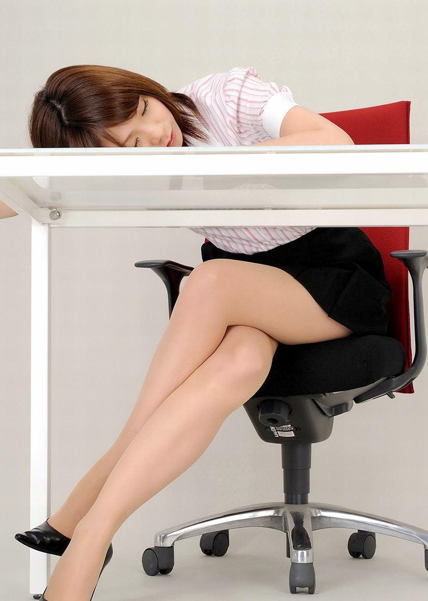 ビッチOLが足を組み替え美脚をアピるパンストエロ画像10枚目
