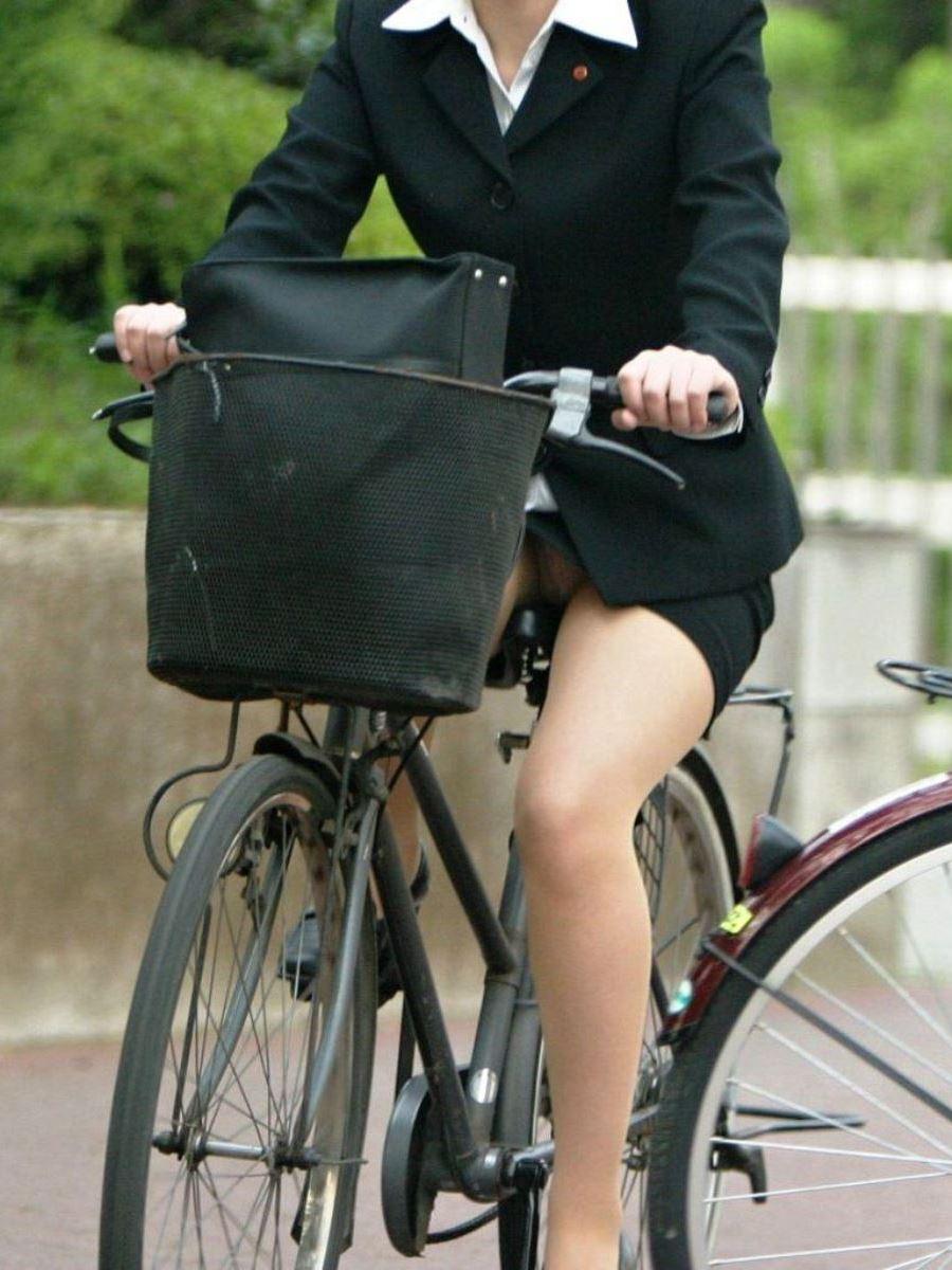 新入社員OLが自転車に乗る三角パンチラ盗撮エロ画像1枚目