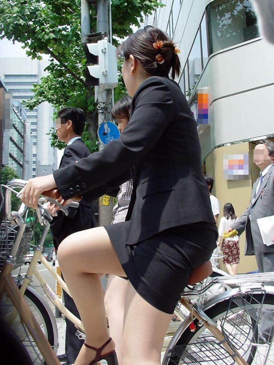 新入社員OLが自転車に乗る三角パンチラ盗撮エロ画像5枚目