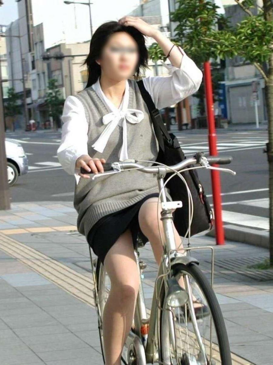 新入社員OLが自転車に乗る三角パンチラ盗撮エロ画像6枚目