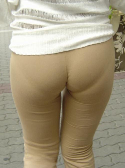 OLのジーンズを履きこなすパンティライン盗撮エロ画像7枚目