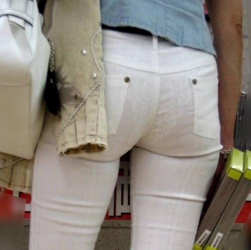 OLのジーンズを履きこなすパンティライン盗撮エロ画像9枚目