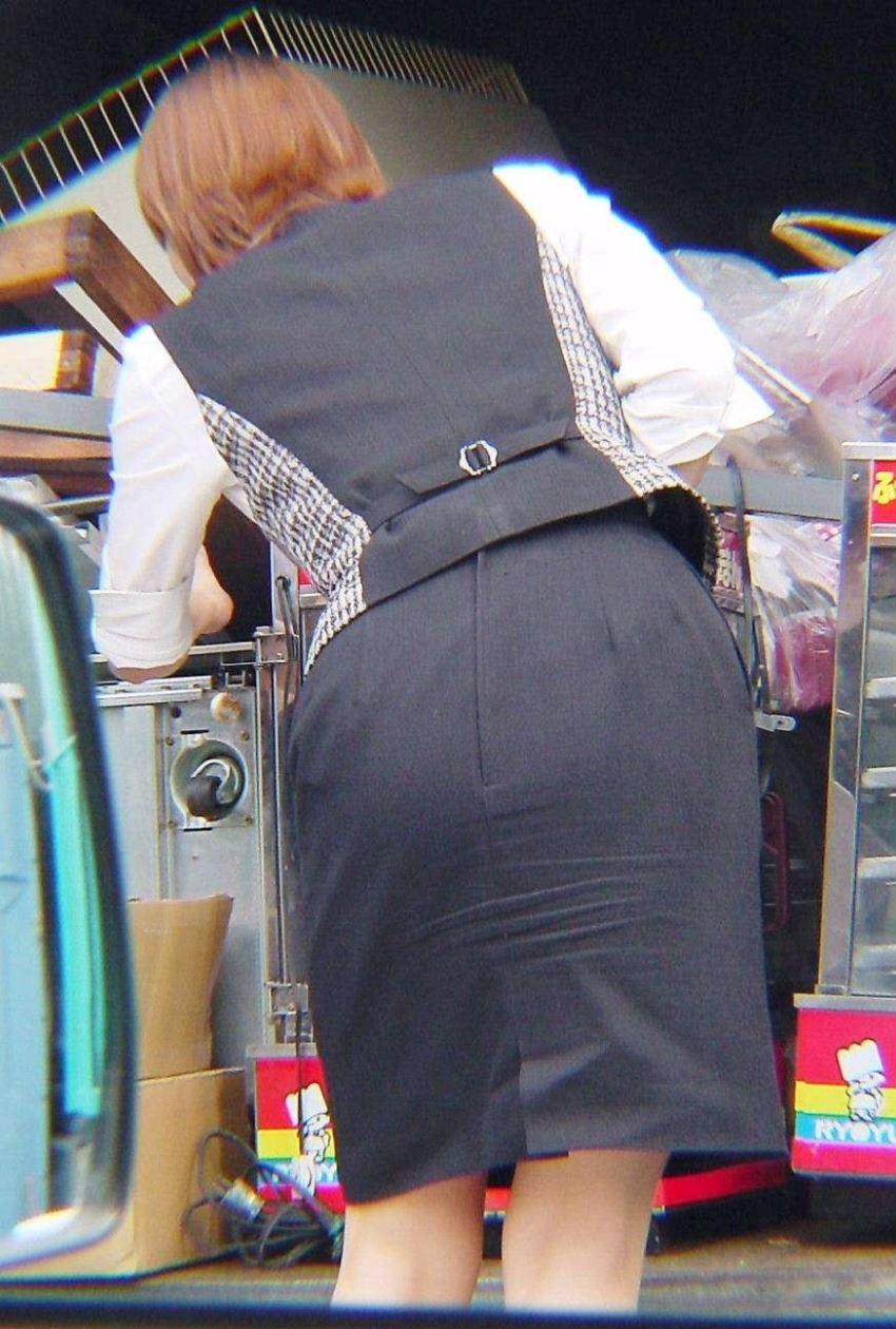 OLさんの狙っていたタイトスカート盗撮エロ画像9枚目