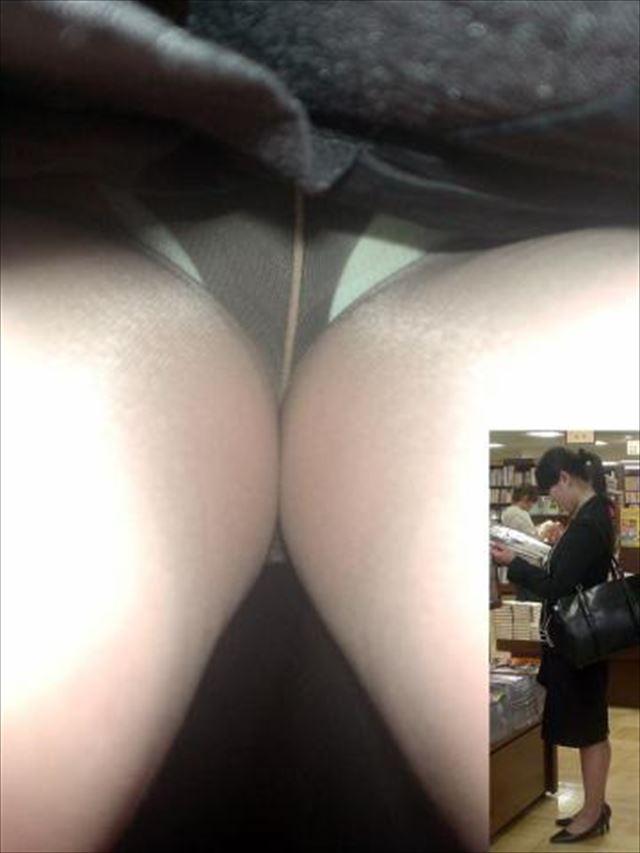OLさんの休日タイトスカート逆さ撮りパンチラエロ画像4枚目
