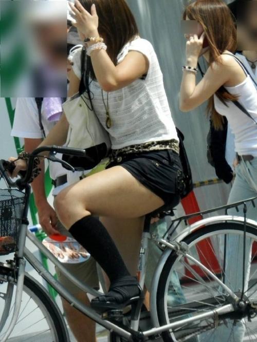 新人OLの自転車パンチラのムチムチエロ画像3枚目