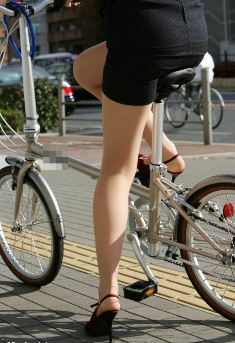 新人OLの自転車パンチラのムチムチエロ画像4枚目