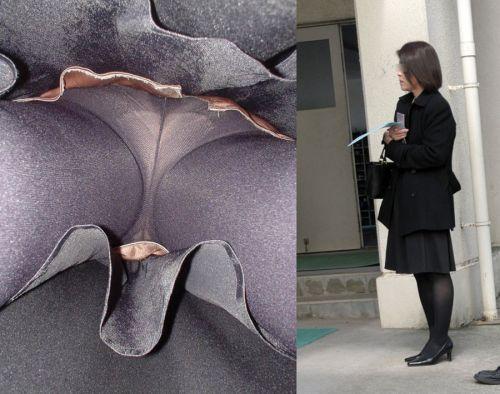OLの花柄パンティの逆さタイトスカート盗撮エロ画像2枚目
