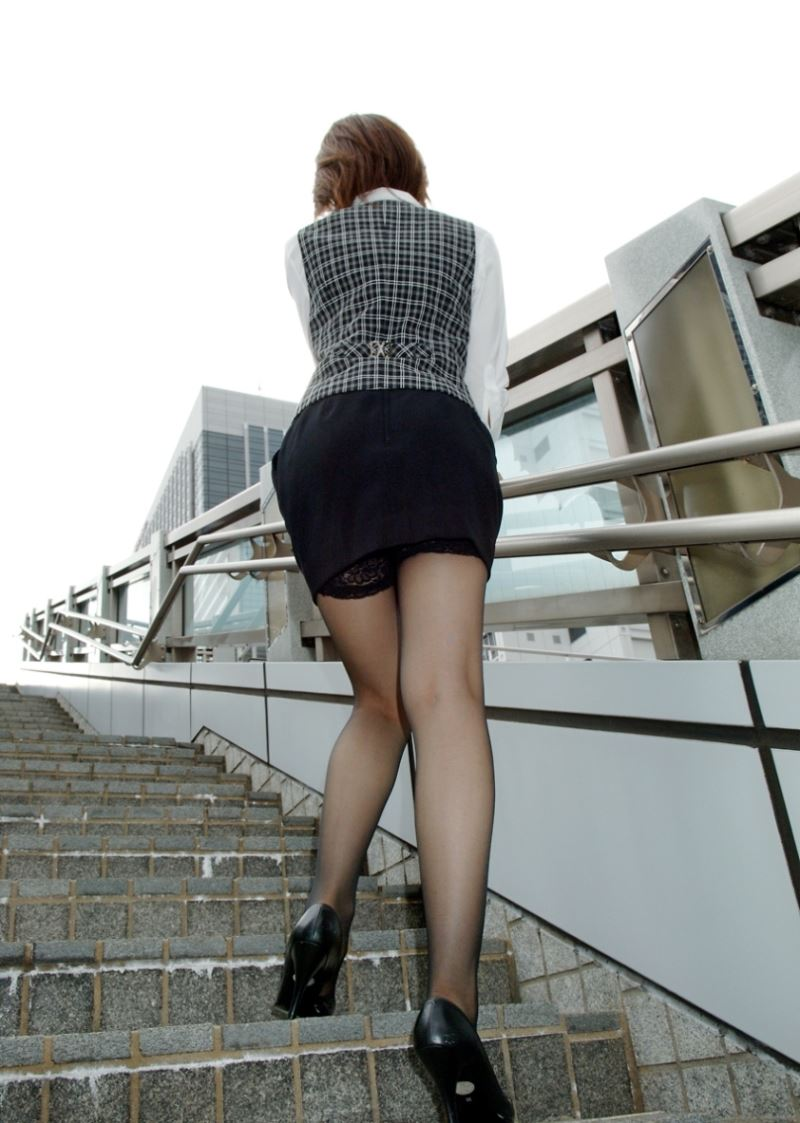 OLが薬局でブリーチを選ぶタイトスカートエロ画像5枚目