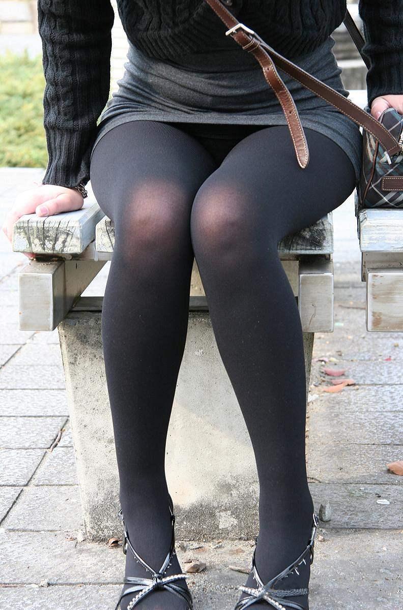 OLがベンチで休憩中の三角パンチラ盗撮エロ画像3枚目