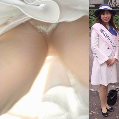 素人OLの受付無防備逆さタイトスカート盗撮エロ画像2枚目