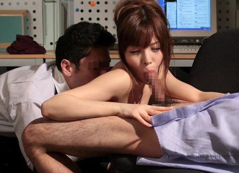 着衣OLがゴムなしで会社内SEXを強要されるエロ画像6枚目