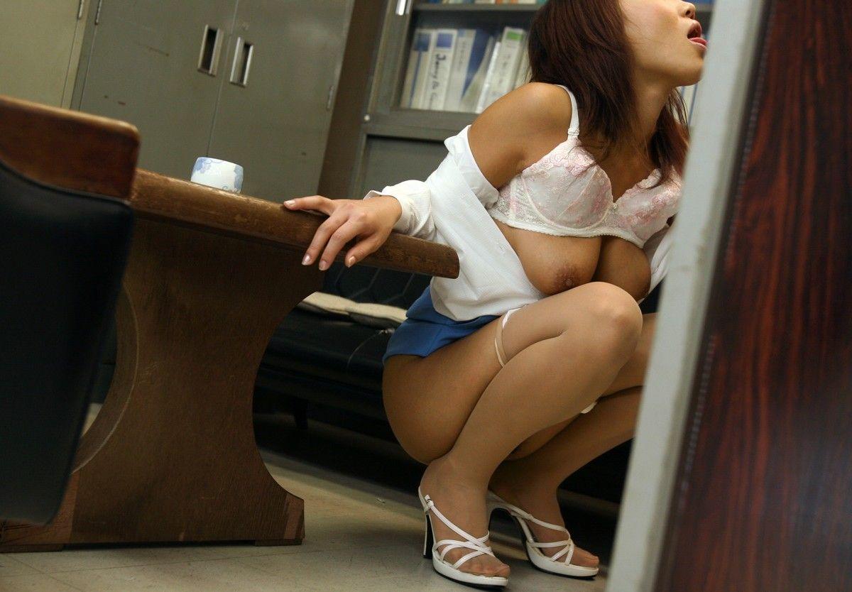 着衣OLがゴムなしで会社内SEXを強要されるエロ画像14枚目