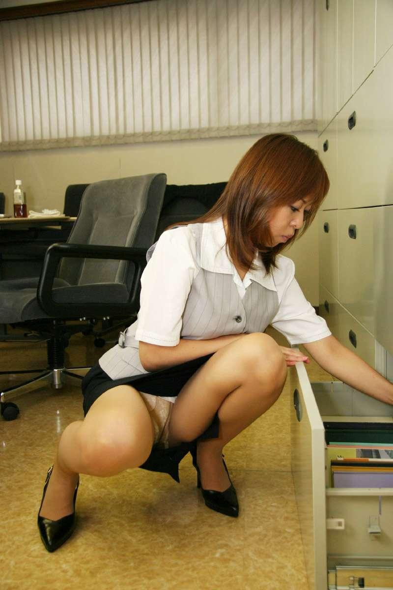 美脚OLが社内でFAXを操作する誘惑的パンストエロ画像4枚目
