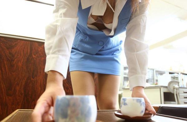 OLのスーツの谷間からブラジャーと乳房エロ画像1枚目
