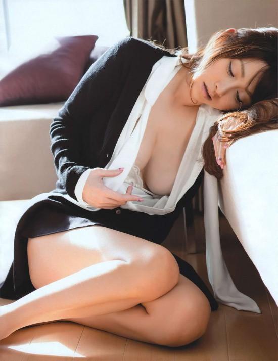 OLのスーツの谷間からブラジャーと乳房エロ画像2枚目
