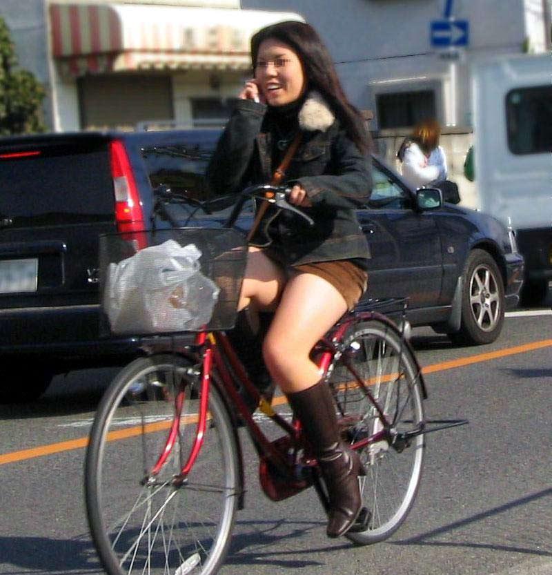 自転車OLの漕いだ瞬間が餌食のパンチラ盗撮エロ画像2枚目