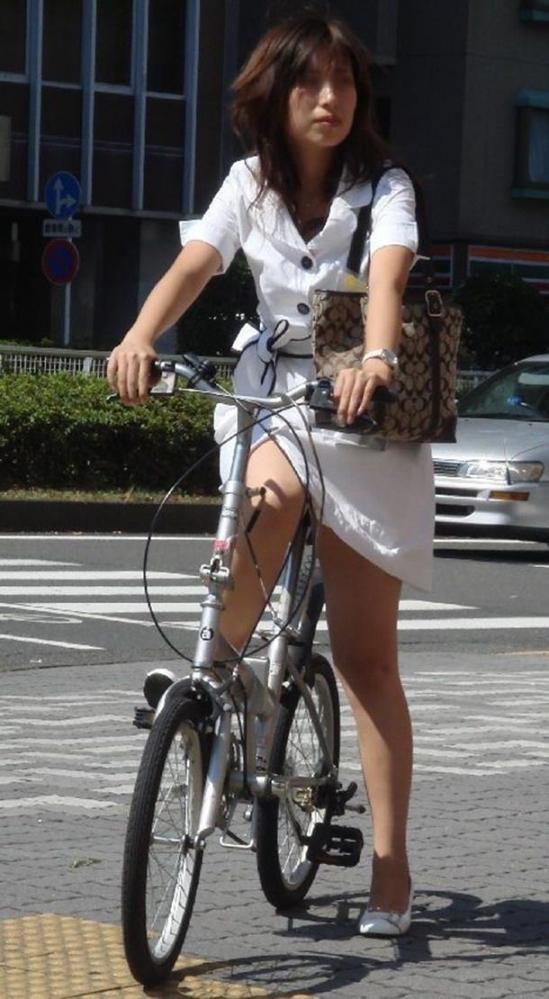 自転車OLの漕いだ瞬間が餌食のパンチラ盗撮エロ画像6枚目