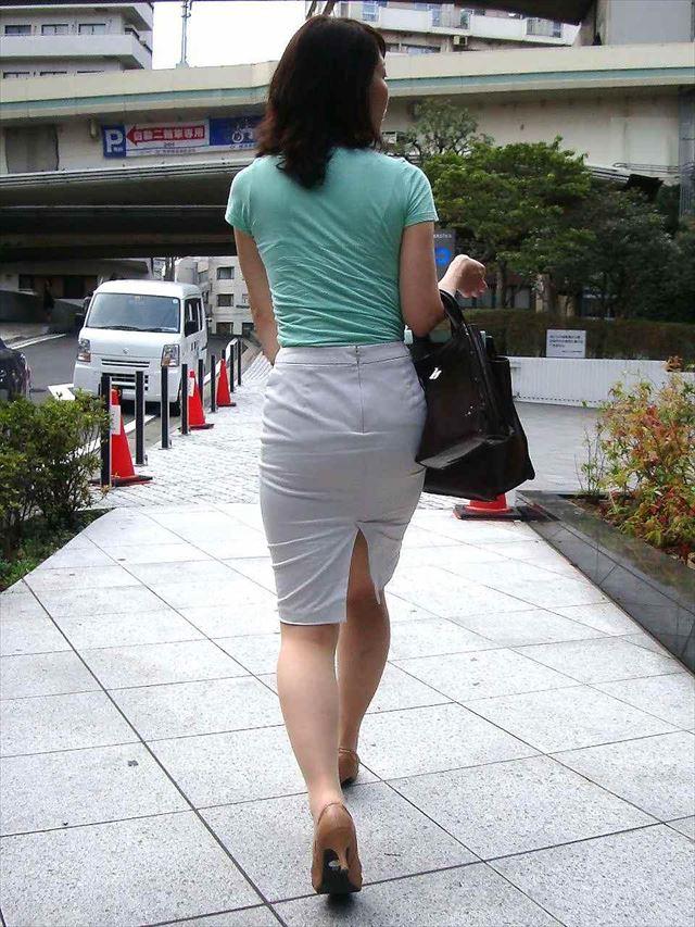 巨尻OLに纏わり付くタイトスカートのエロ画像7枚目