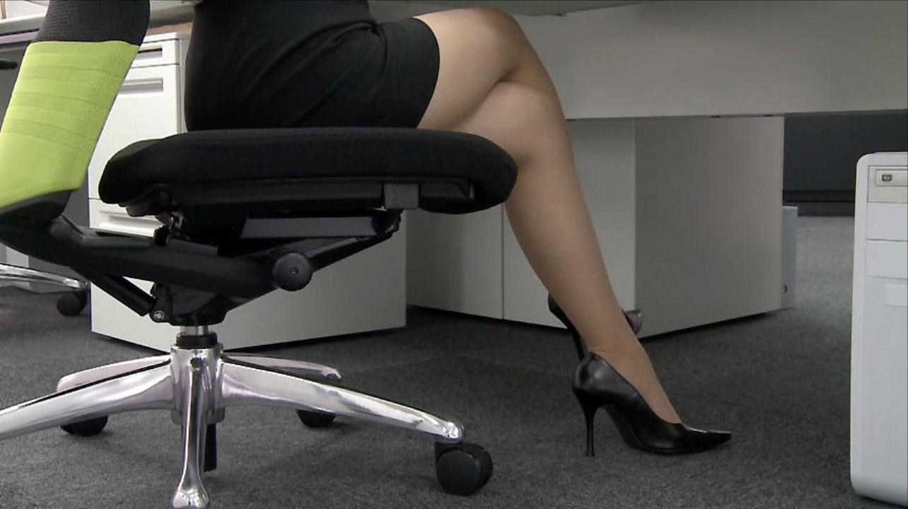 美脚OLのパンスト足組みタイトスカートエロ画像5枚目