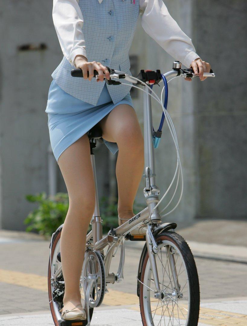 ぽっちゃり新人OLのタイトスカート自転車盗撮画像5枚目