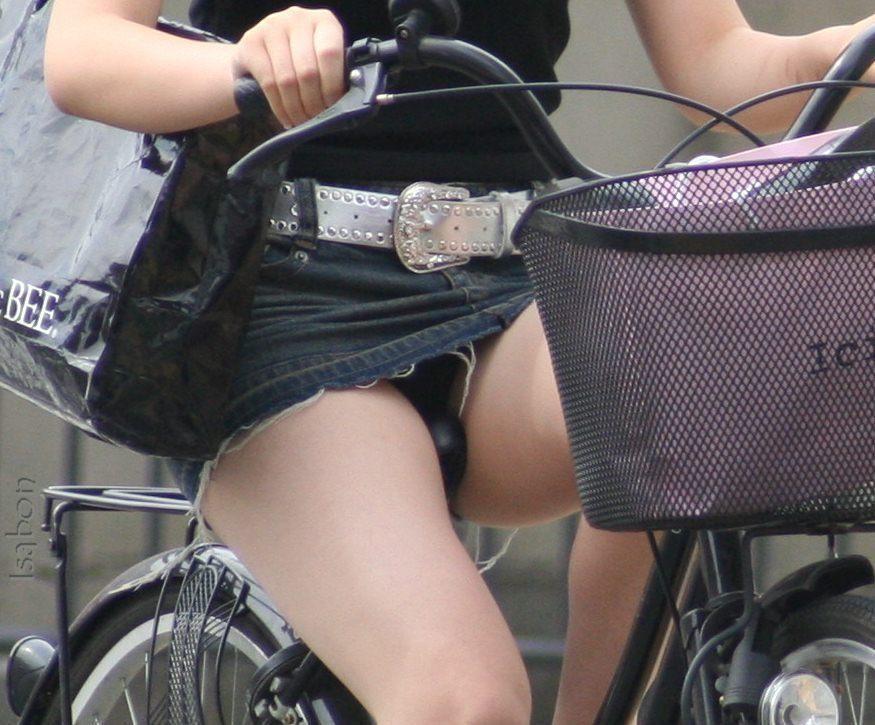 ぽっちゃり新人OLのタイトスカート自転車盗撮画像6枚目