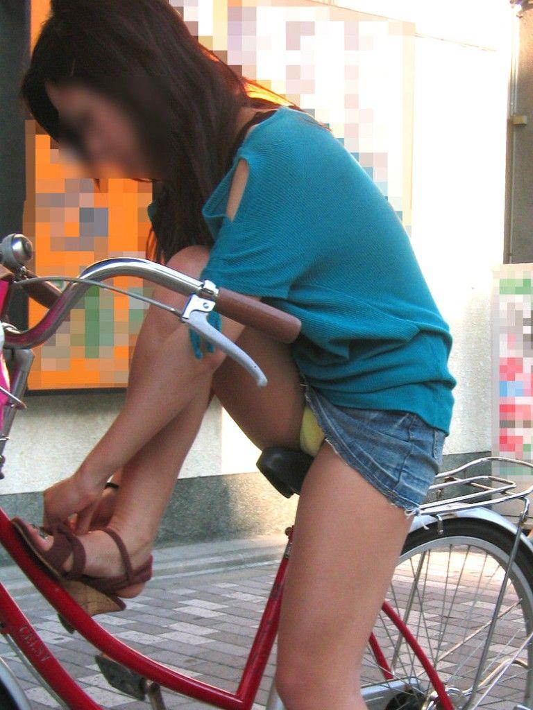 ぽっちゃり新人OLのタイトスカート自転車盗撮画像9枚目