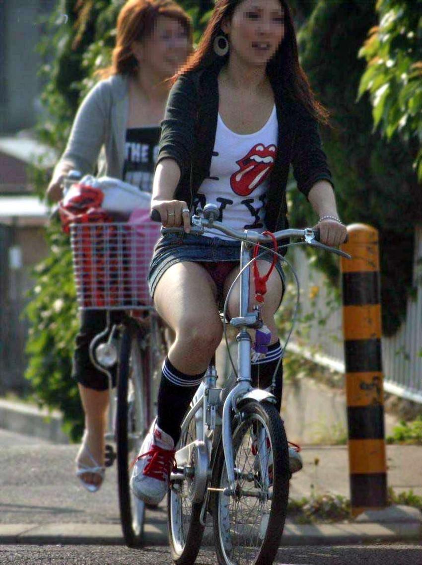 ぽっちゃり新人OLのタイトスカート自転車盗撮画像12枚目