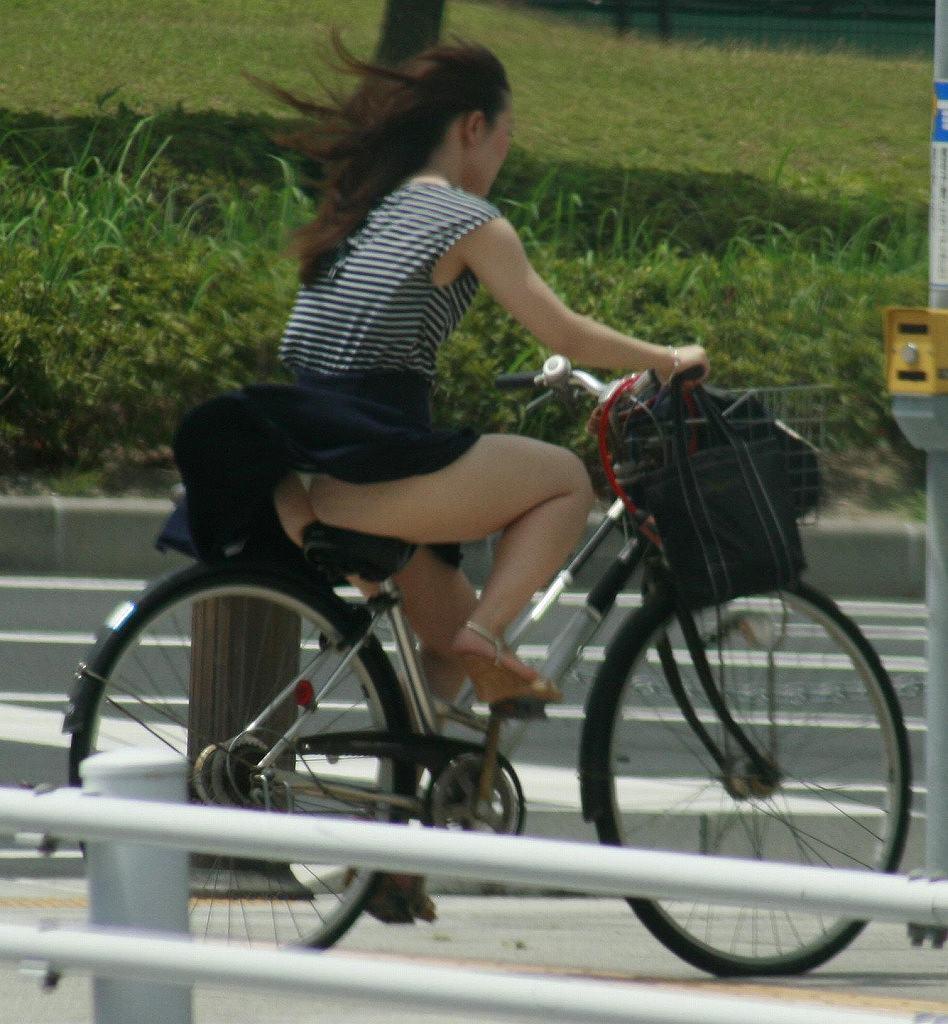 OLのスカートがめくれた自転車パンチラエロ画像1枚目