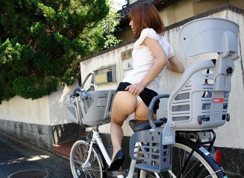 OLのスカートがめくれた自転車パンチラエロ画像7枚目