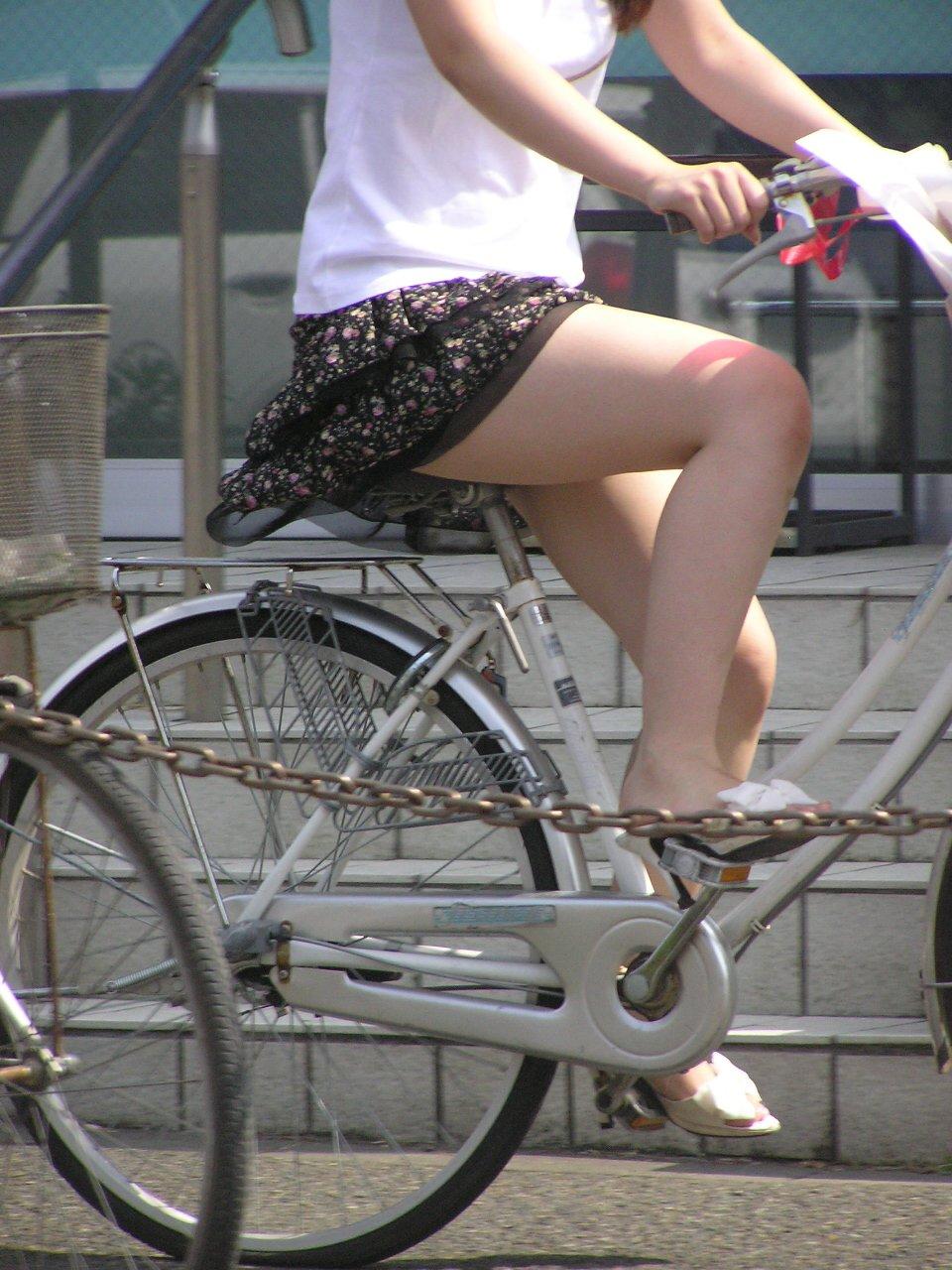 OLのスカートがめくれた自転車パンチラエロ画像9枚目