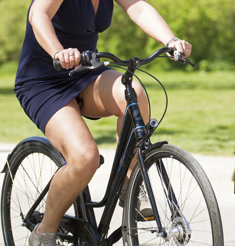 OLのスカートがめくれた自転車パンチラエロ画像15枚目
